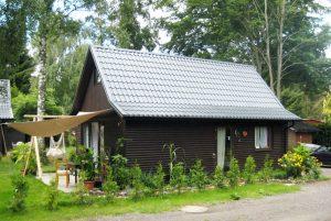 Dachpfannenblech auf einem Holzhaus